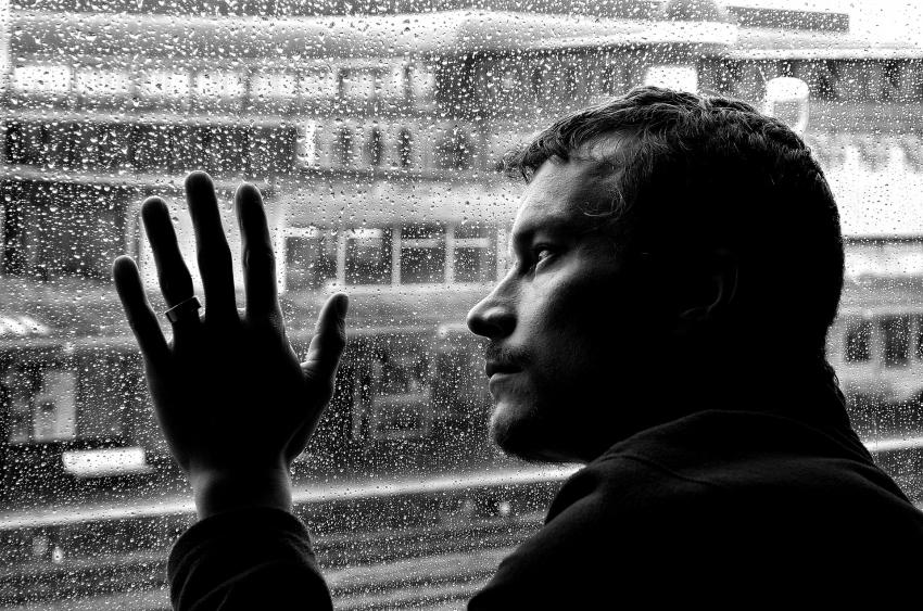 Beber para lidar com emoções negativas é sinal de alerta